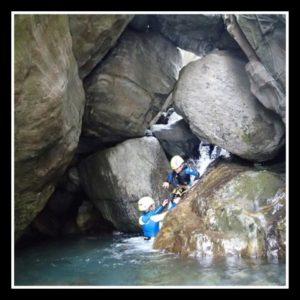 Enfants dans une cascade