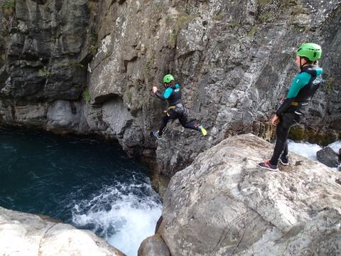 le grand saut de 8m dans le canyoning de Gedre