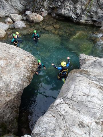 Saut sympa dans une descente de canyoning