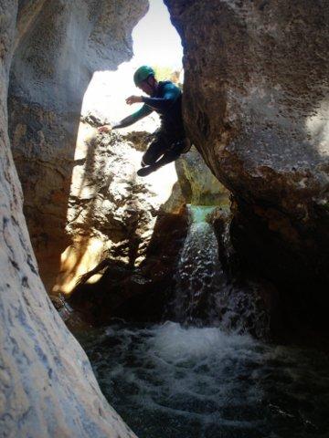 Saut dans un canyon en aragon