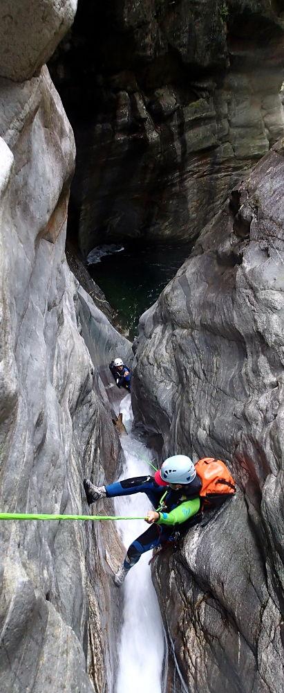 Rappel dans le canyon d'Osogna