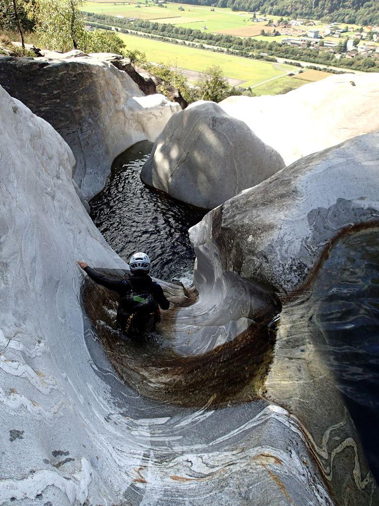 toboggan dans le canyon suisse de cresciano