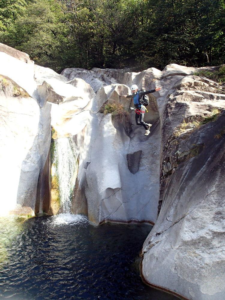 Saut dans un canyon du Tessin